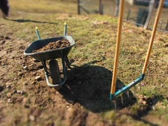 Losmaken van dichtgeslagen grond met de grelinette.
