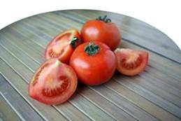 bruine stukjes tomaat wegsnijden